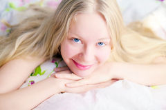 детеныши женщины кровати милые Стоковое Изображение