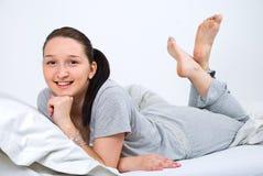 детеныши женщины кровати счастливые Стоковые Фото