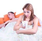 детеныши женщины кровати унылые сидя Стоковая Фотография