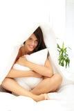 детеныши женщины кровати Стоковые Фото