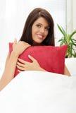 детеныши женщины кровати Стоковые Фотографии RF