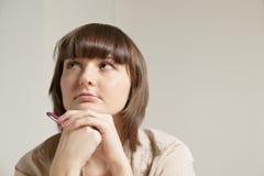 детеныши женщины крупного плана задумчивые стоковое фото rf