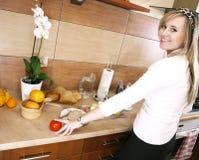 детеныши женщины кухни стоковое фото