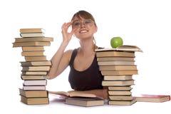 детеныши женщины кучи книг Стоковые Изображения