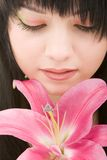 детеныши женщины лилии цветка стоковое изображение