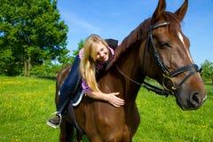 детеныши женщины лошади Стоковое Изображение RF