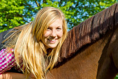 детеныши женщины лошади Стоковая Фотография