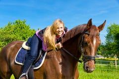 детеныши женщины лошади Стоковые Изображения