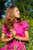 детеныши женщины лужка красивейших цветков полные Стоковые Фотографии RF