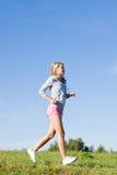 детеныши женщины лужков дня jogging sportive солнечные стоковое фото rf