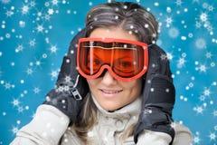 детеныши женщины лыжи одежд Стоковое Фото