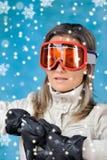 детеныши женщины лыжи одежд Стоковое Изображение RF