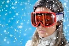 детеныши женщины лыжи одежд Стоковое фото RF