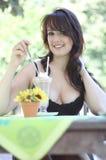 детеныши женщины льда брюнет cream стоковые изображения