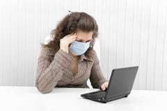 детеныши женщины маски компьтер-книжки медицинские Стоковая Фотография
