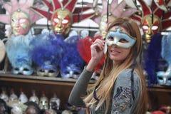 детеныши женщины маски нося Стоковое Фото