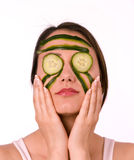 детеныши женщины маски огурца стоковое фото rf