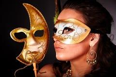 детеныши женщины маски предпосылки серые Стоковое Фото