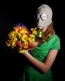 детеныши женщины маски противогаза Стоковые Изображения