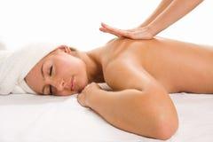 детеныши женщины массажа крупного плана милые получая Стоковые Изображения RF