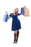 детеныши женщины мешков ходя по магазинам стоковая фотография rf