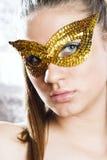 детеныши женщины милой маски нося Стоковые Изображения RF
