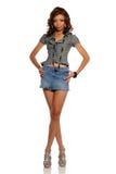 детеныши женщины миниой юбки афроамериканца нося стоковое фото rf