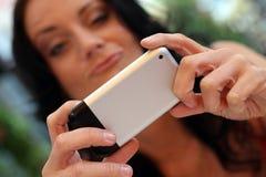 детеныши женщины мобильного телефона стоковое изображение