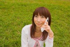 детеныши женщины мобильного телефона Стоковое Фото