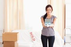 детеныши женщины модели дома удерживания redheaded Стоковая Фотография