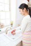 детеныши женщины мытья томатов стоковая фотография