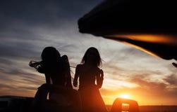 Детеныши 2 женщины на фотосессии Девушки радостно представляя стоковые фотографии rf