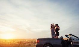 Детеныши 2 женщины на фотосессии Девушки радостно представляя стоковое фото