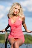 детеныши женщины одежд розовые Стоковые Фотографии RF