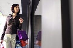 детеныши женщины окна покупкы Стоковое Изображение RF