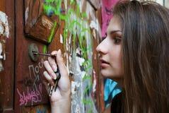 детеныши женщины отверстия двери ключевые Стоковые Изображения