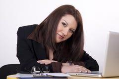 детеныши женщины офиса ath красивейшие Стоковые Фотографии RF