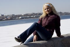 детеныши женщины парка зимние Стоковое фото RF