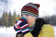 детеныши женщины парка кружки удерживания Стоковое Фото