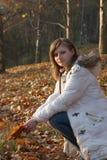 детеныши женщины парка милые сидя Стоковое Изображение RF