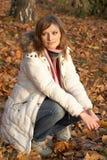 детеныши женщины парка милые сидя Стоковая Фотография RF