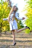 детеныши женщины парка осени милые Стоковые Фото