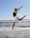 детеныши женщины перескакивать пляжа красивейшие Стоковое Изображение RF