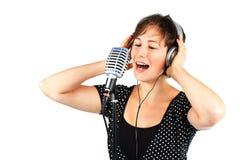 детеныши женщины петь микрофона шлемофона стоковая фотография rf
