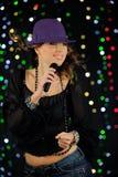 детеныши женщины петь Стоковое Фото
