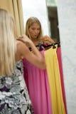 детеныши женщины платья пробуя Стоковые Фото