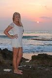 детеныши женщины пляжа белокурые Стоковая Фотография