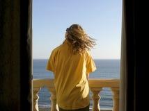 детеныши женщины пляжа Косты del гостиницы sol балкона Стоковая Фотография RF