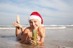 детеныши женщины пляжа ослабляя Стоковые Изображения