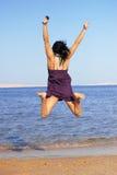 детеныши женщины пляжа скача Стоковые Изображения